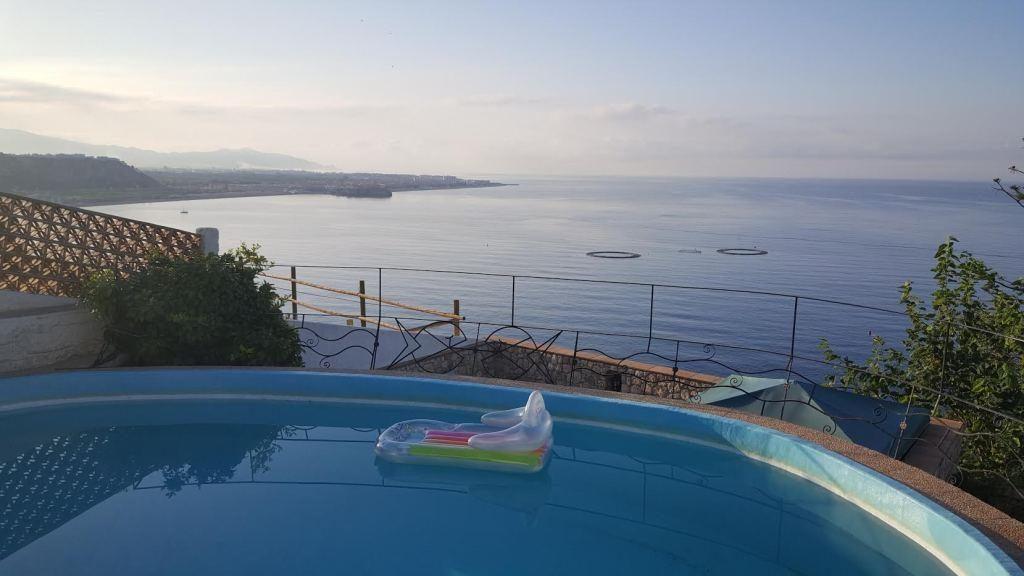 Udsigt til Middelhavet fra pool